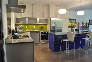 Lime-green-and-cobalt-blue-in-the-kitchen